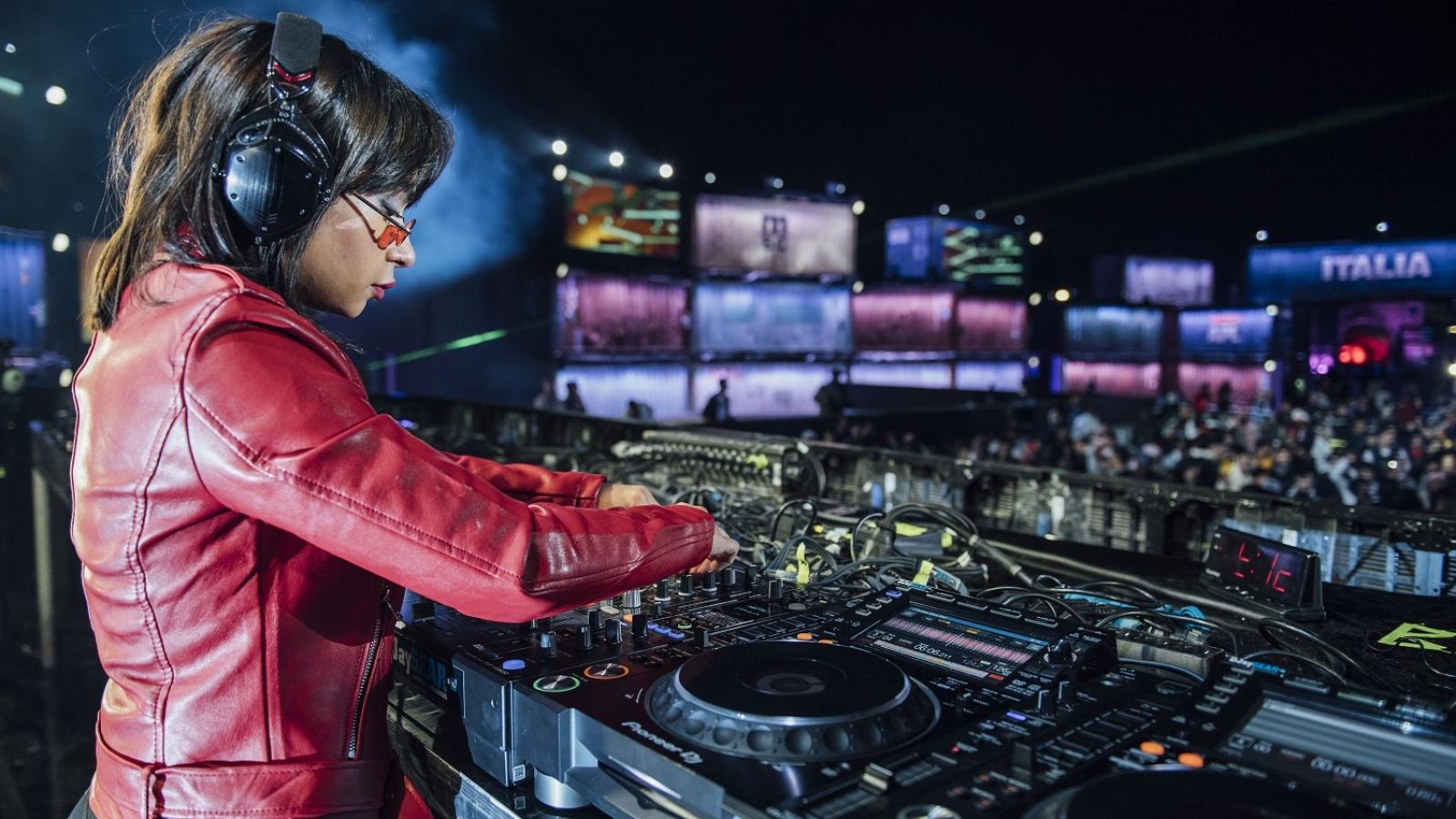 DJ Cosmicat performs at MDLBEAST Festival 2019